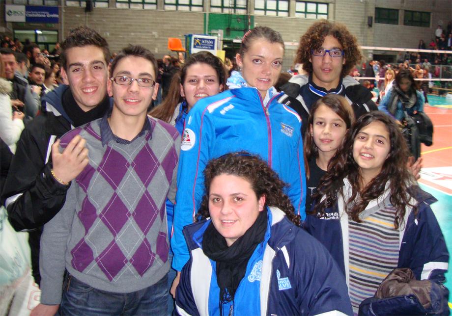 Serena Ortolani con gli atleti della Pallavolo Salve Serena Ortolani 1